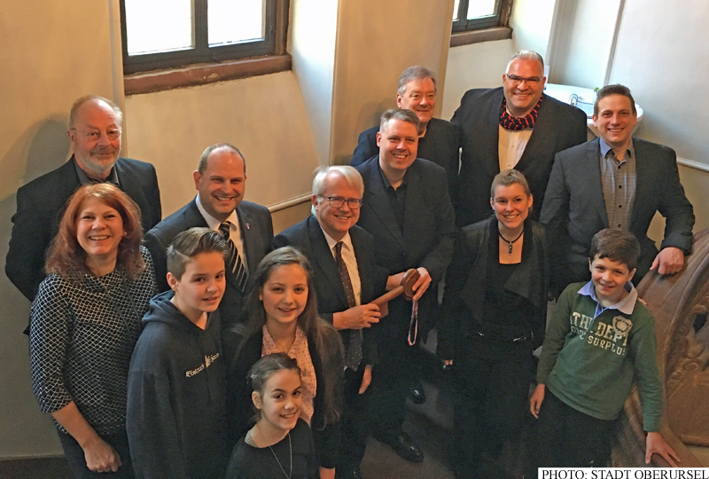 As is the tradition on Ash Wednesday, Prince Karsten I. returned the key to the town hall to Mayor Hans-Georg Brum.