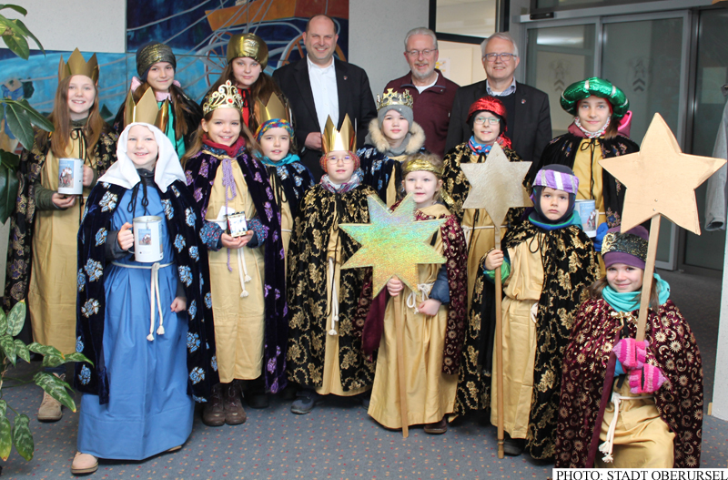 Carollers from the St. Petrus Canisius in Oberstedten with Mayor Hans-Georg Brum, Town Council Chairman Gerd Krämer and the Town Treasurer Thorsten Schorr, on Friday, 4th January, 2019 in the town hall.