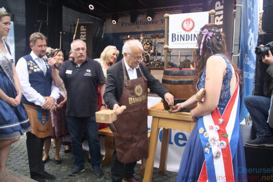 Mayor Hans-Georg Brum inserting the tap into the beer barrel