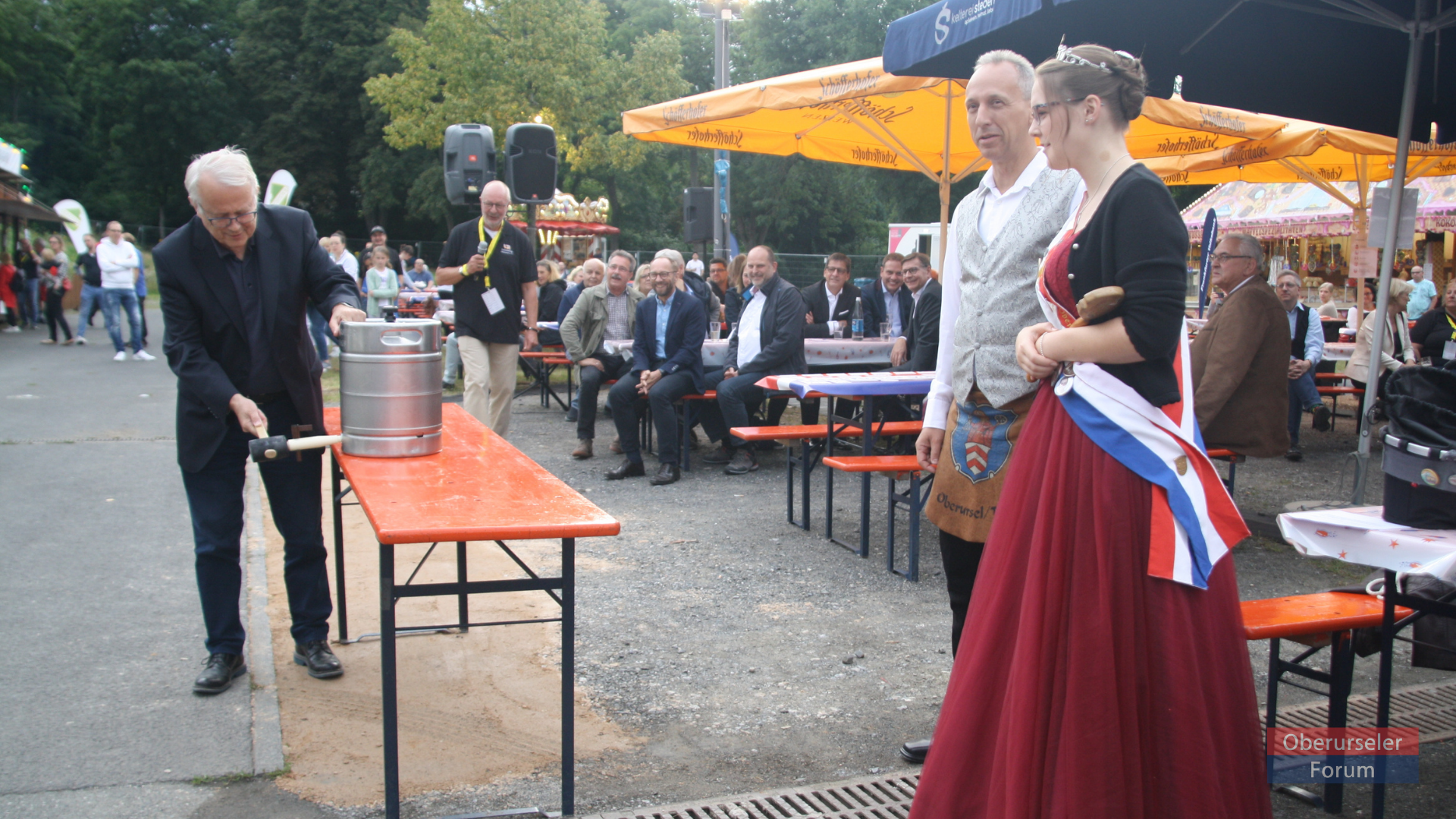 Mayor Hans-Georg Brum opening the Vereinsring 60th anniversary celebrations at the Bleiche in Oberursel, on Thursday, 19th August, 2021, with Fountain Queen Verena I. and her Brunnenmeister Andreas.