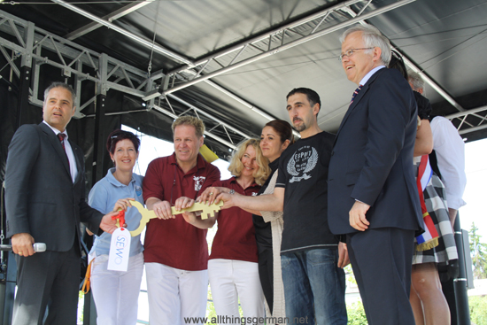 Handing over the key to the new tennants at the Bahnhofsfest