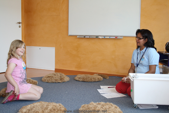 A sample English lesson with Daljit Nitsche from Helen Doron Early English