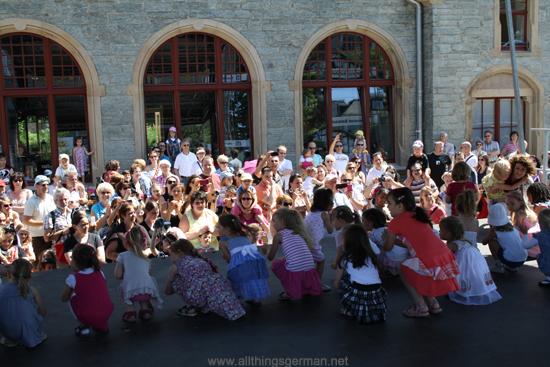 Children from Tanzschule Pritzer dancing to Der Flaschengeist