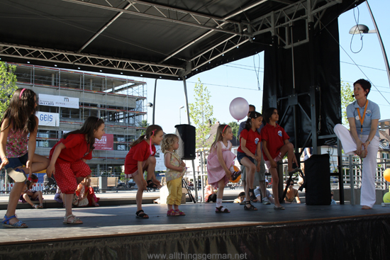 Gabi Krappe singing and dancing with the children from Helen Doron Early English during the Bahnhofsfest